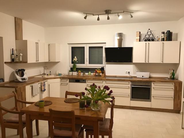 Moderne, Weiße Küchenschränke Geben Unserer Arbeitsplatte Eiche Einen  Zeitgenössischen Charakter Und Zeigen, Dass Sie In Vielen Unterschiedlichen  ...