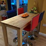 Eine Ahorn Arbeitsplatte, verwendet als Frühstücksbar.