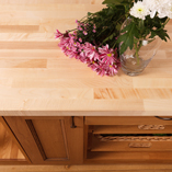 Unsere Ahorn Arbeitsplatten werden mit rechteckigen Kanten in verschiedenen Größen angeboten, können aber auch von unserem Fabrikationsteam maßangefertigt werden, um sie Ihrer Küche anzupassen.