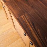 Amerikanischer Nussbaum Deluxe Arbeitsplatten sind eine gute Wahl für Luxusküchen und bieten einen wunderschönen Kontrast zu hellfarbigen oder lackierten Eiche-Schränken.