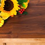 Jede Amerikanischer Nussbaum Deluxe Arbeitsplatte ist aus einer Vielzahl an 90mm breiten Lamellen hergestellt, die die atemberaubende Maserung und luxuriöse Farbe noch besser zur Geltung bringen als die Standardvariante.