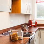 Unsere Amerikanischer Nussbaum Arbeitsplatten sind die perfekte Wahl für moderne Küchen und machen sich wunderbar gemeinsam mit Edelstahl-Akzenten.