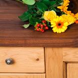 Jede Amerikanischer Nussbaum Deluxe Arbeitsplatte ist aus einer Vielzahl an breiten, keilgezinkten Lamellen hergestellt, um eine belastbare und ästhetisch ansprechende Oberfläche zu kreieren.