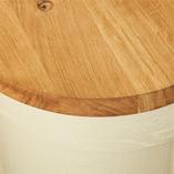 Eiche Arbeitsplatten mit durchgehenden Lamellen sind perfekt für Kücheninseln wie diese. Diese Arbeitsplatte hat eine große Radius-Ecke, passend zu den kurvigen Eiche-Schränken.