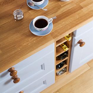 Unsere Eiche-Arbeitsplatten machen sich wunderbar im Zusammenhang mit hellblauen Küchenschränken und passenden Eiche-Knäufen.