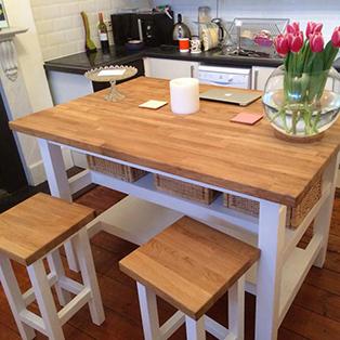 Eine Eiche-Arbeitsplatte als Küchenesstisch mit Eiche-Hockern.