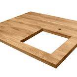 Eiche Arbeitsplatte mit durchgehenden Lamellen mit einem Ausschnitt für ein Unterbauspülbecken, einem Ausschnitt für einen Wasserhahn und Ablaufrillen.