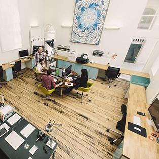 Eiche-Arbeitsplatte-Schreibtische in einem Büro.
