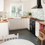 Eiche Deluxe Arbeitsplatten können perfekt mit Belfast-Spülen kombiniert werden, um einen atemberaubenden klassischen Küchenlook zu kreieren.