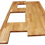 Eine Eiche Deluxe Arbeitsplatte mit zwei Ausschnitten zum Einbau eines Spülbeckens und eines Herds sowie zwei speziellen Ausschnitten für die Küchenform.