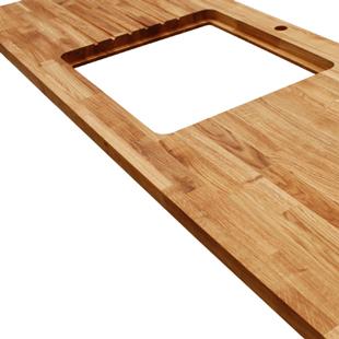 Eiche-Arbeitsplatte mit einem Ausschnitt mit Aussparung zum Einlegen des Spülbeckens, Ablaufrillen, Wasserhahn Ausschnitt und Ausschnitten für Verbindungsbolzen.