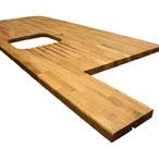 Eiche-Arbeitsplatte mit Radius-Ecken, Ausschnitt für ein Einbauspülbecken, Ablaufrillen, unregelmäßige Zuschnitte und einem 6mm Oberkantenprofil.