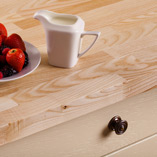 Die Lamellen unserer Küchenarbeitsplatten Esche werden keilgezinkt verbunden, um eine belastbare und zugleich gut aussehende Oberfläche zu schaffen.