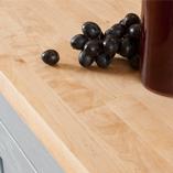 Der helle Farbton der Birke Arbeitsplatte macht sie zur perfekten Arbeitsfläche für Küchen mit wenig Lichteinfall.