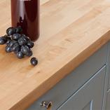Die helle Farbe der Arbeitsplatte Birke passt gut zu pastellfarbenen Küchenschränken.