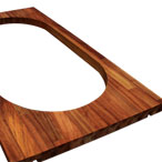 Iroko-Arbeitsplatte mit Ausschnitt für eine aufliegende Spüle und Ausschnitten für Verbindungsbolzen.