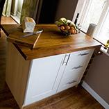 Iroko-Arbeitsplatte-Kücheninsel mit passendem Iroko-Schneidebrett.