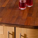 Iroko-Arbeitsplatten haben eine warme Farbe und dunkeln mit der Zeit nach – perfekt für eine Massivholzküche.
