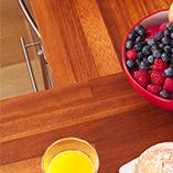 Unsere Iroko-Arbeitsplatten sind perfekt für moderne aber auch traditionelle Kücheneinrichtungen.