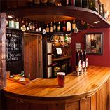 Iroko Arbeitsplatten mit durchgehenden Lamellen wurden für diesen Pub in Gloucestershire ausgewählt, da sie perfekt mit der rustikalen Country-Einrichtung zusammenpassen.