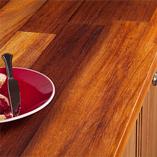 Iroko-Arbeitsplatten passen sowohl in moderne als auch in traditionelle Küchen, aber besonders schön machen sie sich auf lackierten Eiche-Kücheneinheiten mit traditionellen Fronten.