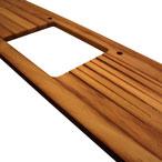 Iroko-Arbeitsplatte mit durchgehenden Lamellen mit Ausschnitten für eine Einbauspüle, Wasserhähne und Ablaufrillen.