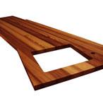 Iroko-Arbeitsplatte mit durchgehenden Lamellen mit Ausschnitt für ein Einbauspülbecken, Wasserhahn Ausschnitt und unregelmäßigen Ausschnitten.