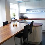 Iroko mit durchgehenden Lamellen, hier verwendet als wunderschöne Frühstücksbar und Küchenarbeitsplatte mit Radius-Ecke.
