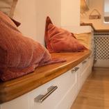 In dieser Küche wurden die Karamell Bambus Arbeitsplatten verwendet, um eine elegante Sitzbank und eine Frühstücksbar zu schaffen.