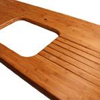 Karamell Bambus Arbeitsplatte mit Ausschnitt für ein Unterbauspülbecken und Ablaufrillen.