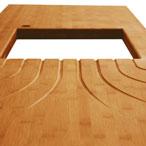 Karamell-Bambus-Arbeitsplatte mit Ausschnitt für ein Einbauspülbecken und fontänenförmigen Ablaufrillen.
