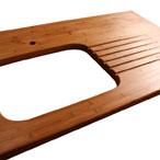 Karamell Bambus Arbeitsplatte mit Ausschnitt für eine Einbauspüle und Ablaufrillen.