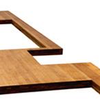 Karamell-Bambus-Arbeitsplatte mit einem unregelmäßigem Ausschnitt, Herdausschnitt und einem Ausschnitt für eine aufliegende Spüle.