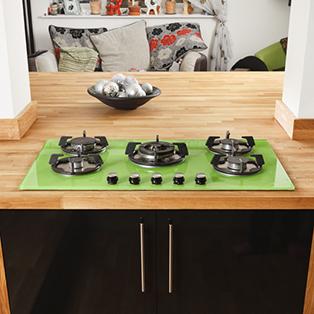 Diese große Kücheninsel kombiniert massive Eiche-Arbeitsplatten und andere Akzente mit sehr modernen Schranktüren.
