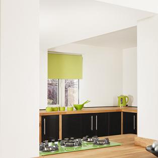 Zwei verbundene Eiche-Arbeitsplatten ergeben eine weite Kücheninsel.