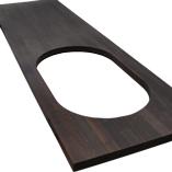 Eine maßangefertigte Räuchereiche Arbeitsplatte mit einer Radius-Ecke und einem maßangefertigten Ausschnitt für ein Spülbecken.
