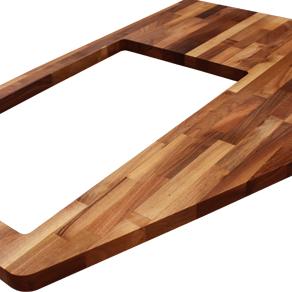 Eine maßangefertigte Nussbaum-Arbeitsplatte mit unregelmäßigen Ausschnitten, Ausschnitten für Verbindungsbolzen, ein extrabreiter Ausschnitt für eine aufliegende Spüle und einer kleinen Radius-Ecke.