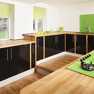 Massive Eiche-Arbeitsplatten bringen natürliche Schönheit in diese reine und zeitgenössische Küche.
