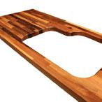 Nussbaum-Arbeitsplatte mit Ausschnitt für eine Einbauspüle.