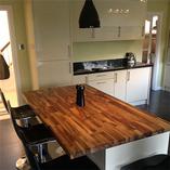 Unsere massiven Nussbaum-Arbeitsplatten sind die perfekte Wahl für Kücheninseln und Frühstücksbars in einer modernen Küche.
