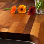 Nussbaum-Arbeitsplatten sind weich und unglaublich belastbar – perfekt für eine Küchenoberfläche.