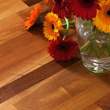 Nussbaum-Holz hat eine Vielzahl einzigartiger Maserungen, die jede einzelne Arbeitsplatte einzigartig machen.