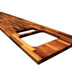 Nussbaum-Arbeitsplatte mit Ausschnitt für eine Einbauspüle, Ablaufrillen, Ausschnitt für einen Wasserhahn und unregelmäßigen Ausschnitten.
