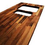 Nussbaum-Arbeitsplatte mit Ausschnitten für eine Einbauspüle, einen Wasserhahn und Ablaufrillen.