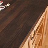 Jede Räuchereiche Arbeitsplatte wird aus keilgezinkten, speziell behandelten Eiche Lamellen hergestellt, um eine Oberfläche von bis zu 4m Länge herzustellen.