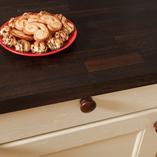 Räuchereiche Arbeitsplatten passen perfekt in moderne und auch traditionelle Küchen und schaffen einen wunderschönen Kontrast zu hellen Kücheneinheiten.