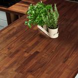 Der kräftige Farbton des Amerikanischer-Nussbaums passt sowohl zu zeitgenössischen als auch traditionellen Küchen.