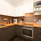 Mit Stoßverbindungen verbundene Premium-Buche-Küchenarbeitsplatten mit Ausschnitten für eine aufliegende Spüle und ein Kochfeld.