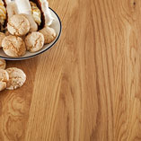 Die Tischplatte Eiche Rustikal durchgehende Lamellen eignet sich besonders gut für Küchen im Farmhouse-Stil.