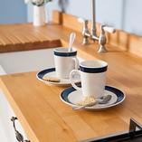 Diese traditionelle Küche mit verschnörkelten Zinnhenkeln wurde mit einer Premium-Buche-Arbeitsplatte perfekt abgeschlossen.